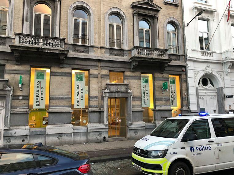 Het BNP Paribas Fortis-filiaal ligt in de Joodse wijk in Antwerpen. Beeld Marc De Roeck