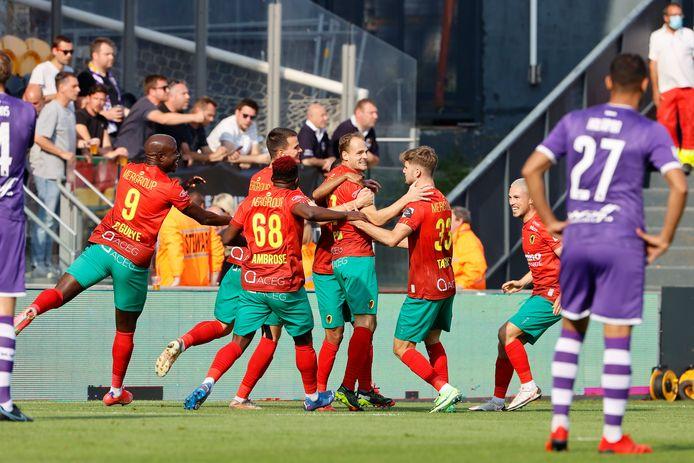 De spelers van KV Oostende vliegen rond de nek van Brecht Capon na diens snelle 2-0 tegen Beerschot.