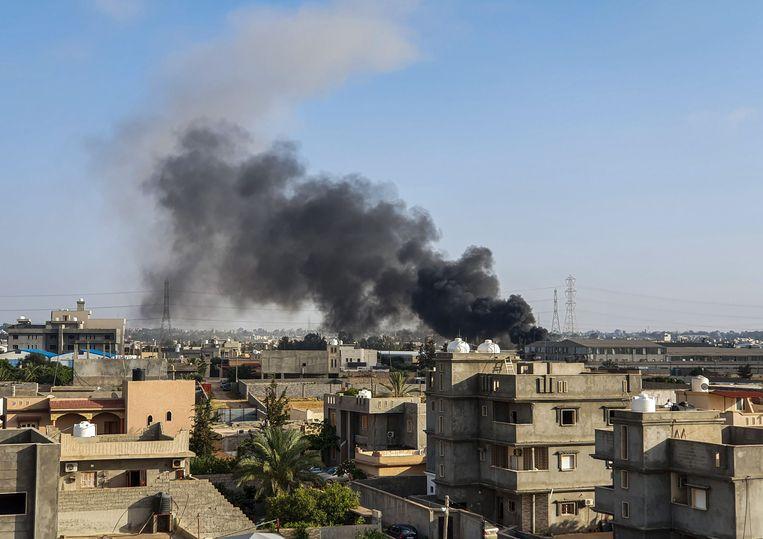 Rookpluimen stijgen op boven Tajoura in Tripoli na een luchtaanval, enkele dagen geleden. Beeld AFP
