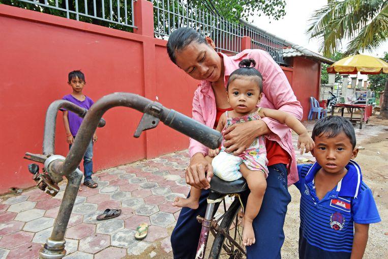 Een arm Cambodjaans gezin in Sangkat Prek Thmey.  Beeld Photo News