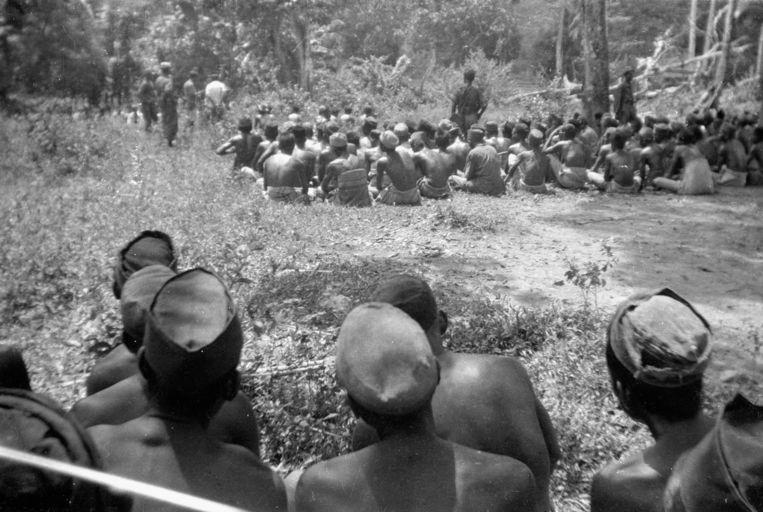 Executie van kampongbewoners door militairen van het Depot Speciale Troepen in kampong Salomoni op Zuid-Sulawesi op 12 februari 1947. Bij deze actie zouden circa twintig door de commandant aangewezen mannen door middel van een nekschot zijn geëxecuteerd. Beeld H.C. Kavelaars. © Collectie Nederlands Instituut  voor Militaire Historie
