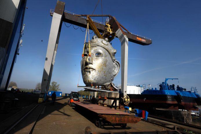 Een takel zet het 4000 kilo zware masker op een ponton.
