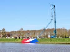 Grootste vlag van Nederland stort in het water na knakken van hijskraan in Emmeloord: 'Heel jammer'