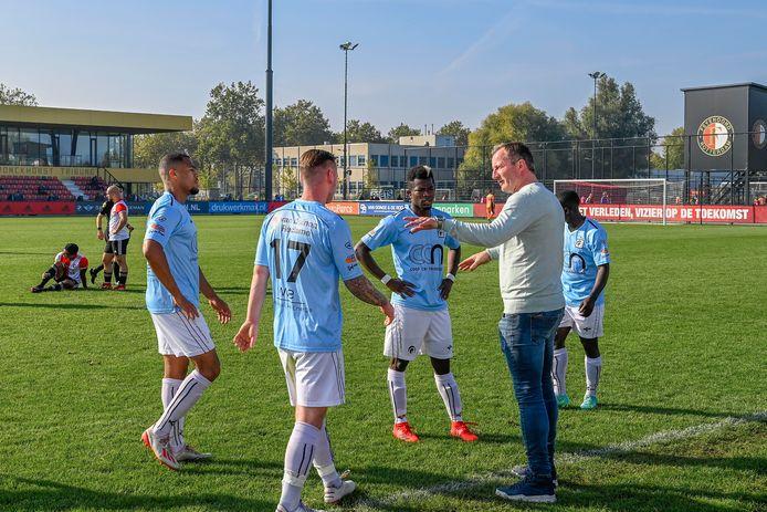 Patrick Pothuizen geeft zijn spelers aanwijzingen bij zijn eerste duel als trainer van Achilles'29.