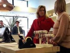 Staatssecretaris Mona Keijzer prijst Roosendaalse winkelpas Roos24 tijdens bezoek aan binnenstad