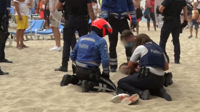 Een arrestatie tijdens de rellen op het strand van Blankenberge.