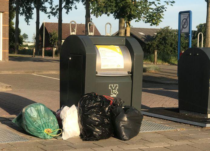 Bij een eerdere technische storing zetten mensen hun afvalzakken naast de containers.