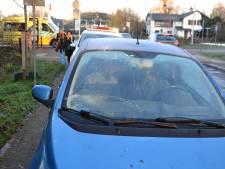 Fietsster geschept door afslaande auto op rotonde in Bemmel