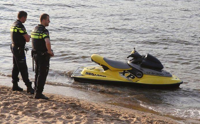 De politie heeft meerdere jetski's in beslag genomen.