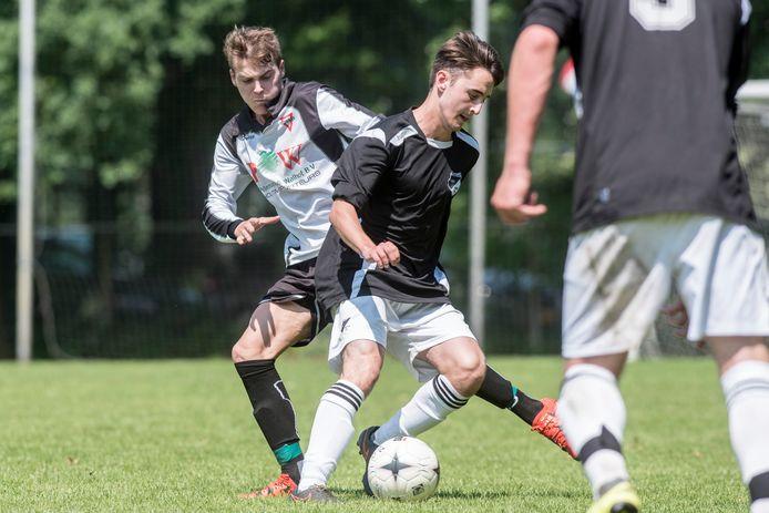 Matteo Poledda (links) komt van Sparta Enschede naar FC Winterswijk.