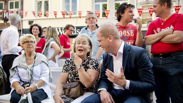 Lijsttrekker Diederik Samsom praat met publiek tijdens de eerste campagnedag van de PvdA voor de landelijke verkiezingen van 12 september. Beeld anp