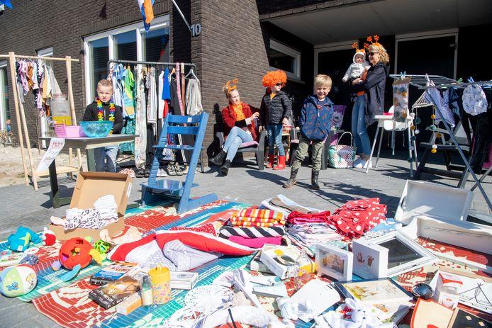 Danique van Eerde probeert samen met haar kinderen Liam (6), Jip (4) en Pom (1) en  buurjongen Giel wat spullen te verkopen vanaf de oprit.