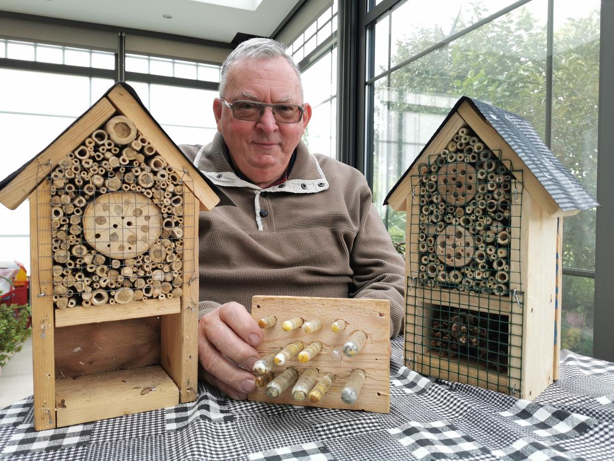 Fred Willems bij de bijenhotels die hij met de schoolkinderen in elkaar timmert.