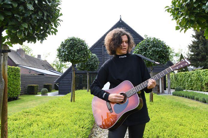 S GRAVENMOER - Sem Rozendaal poseert thuis in de tuin.