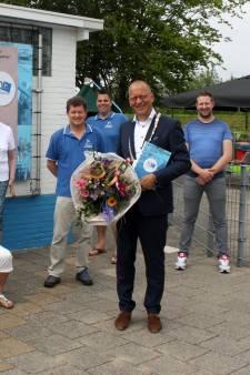 Eerste exemplaar jubileumboek '50 jaar Dompelaar' overhandigd aan burgemeester Segers