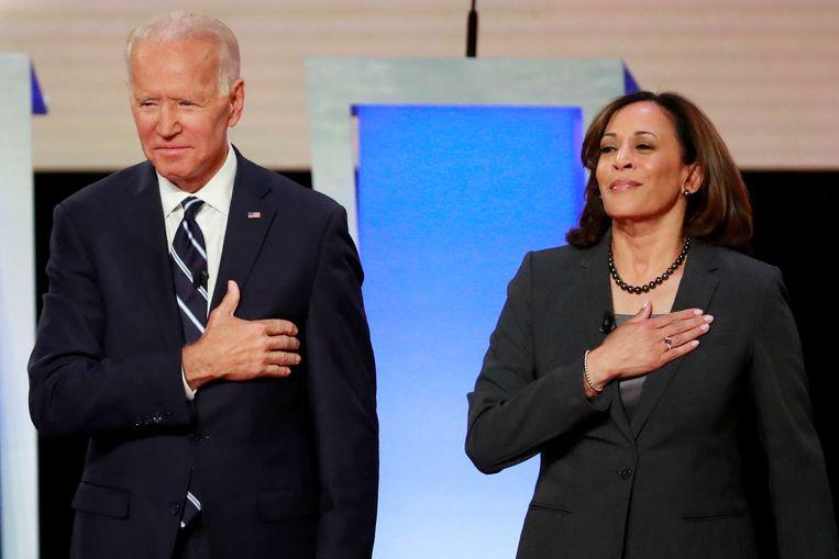 Joe Biden en Kamala Harris voor aanvang van een verkiezingsdebat tijdens de Amerikaanse voorverkiezingen in juli.  Beeld REUTERS