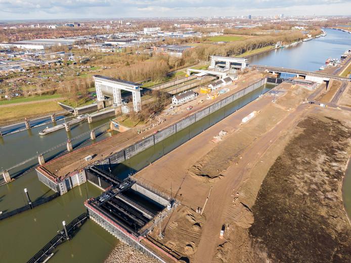 De derde kolk van de Prinses Beatrixsluis in Nieuwegein vlak voor de officiële opening door Prinses Beatrix op 6 februari. De weg langs de sluis moet hier nog worden aangelegd.