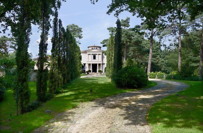 Op de plek van het voormalige caférestaurant De Sterrenberg is een Toscaanse villa gebouwd.