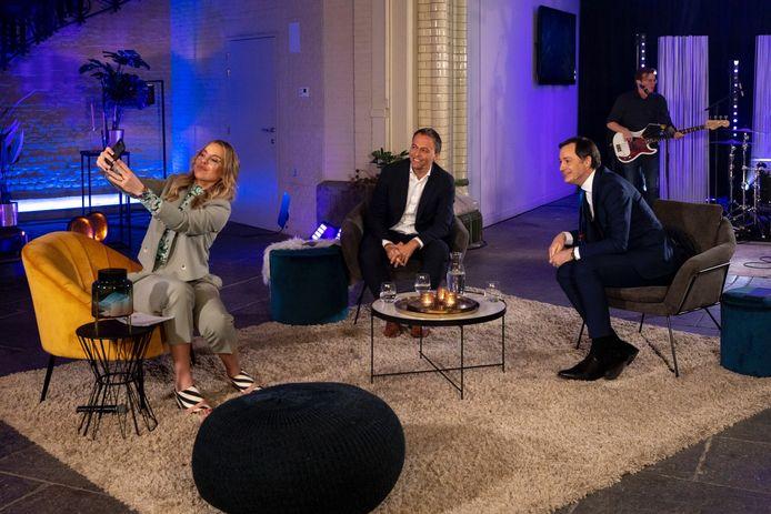 Selfie Eline De Munck, Egbert Lachaert en Alexander De Croo tijdens de nieuwjaarsreceptie van Open VLD