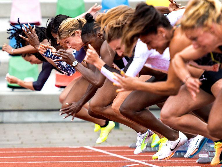 Dafne Schippers (vijfde van rechts) schiet uit de startblokken op de 100 meter van de FBK Games.  Ze werd vierde in 11,15. Beeld Klaas Jan van der Weij