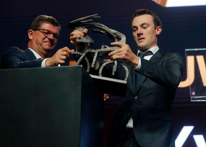 Lampaert krijgt de trofee uit handen van Bart Tommelein.