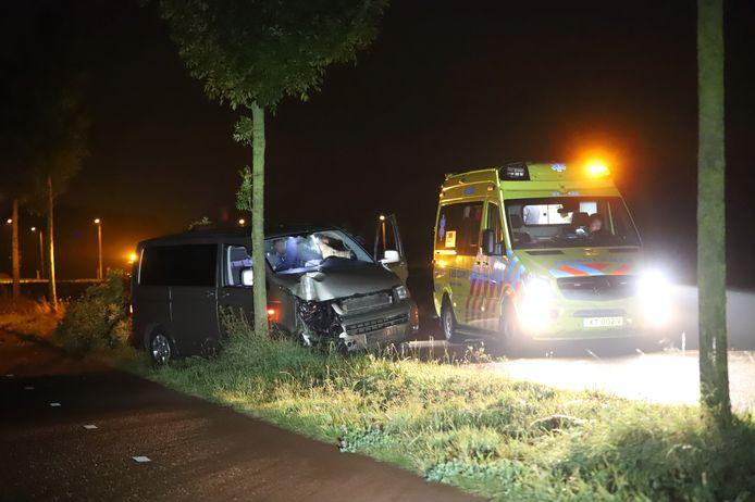 In Driel heeft een bestuurder van een busje zaterdagavond een boom uit de grond gereden