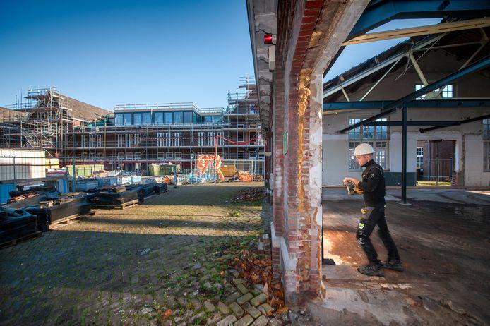 Fort Isabella in Vught ondergaat een ware metamorfose. Links de nieuwe appartementen in twee historische gebouwen en rechts de voormalige 'mensa' die wordt omgetoverd tot een zorghuis voor ouderen met dementie.