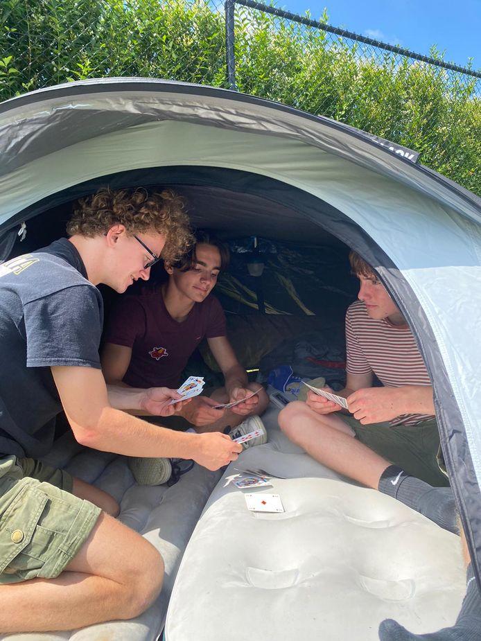 De leden van Scouts Harelbeke zetten hun kamp verder op hun eigen terreinen.