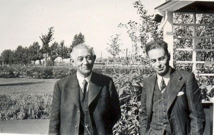 Voetbaltrainer Arpad Weisz (rechts) poseert met zijn tijdelijke opvolger Gerry Triebel bij DFC.