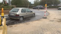 Oeps! Auto rijdt rich vast op rotonde in pas gegoten beton