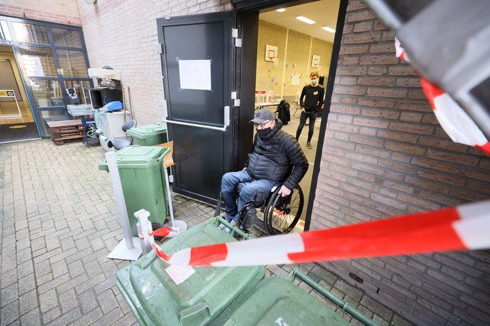 Marco Coppens bij het stembureau aan de Kaakstraat