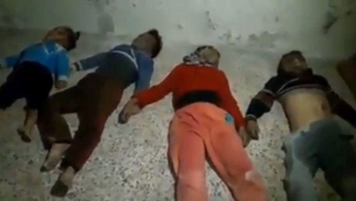 Een beeld uit een video die werd gemaakt op 20 november. Op de grond liggen de lichamen van vier kinderen die gestorven zouden zijn ten gevolge van een aanval met chloorgas in Aleppo.