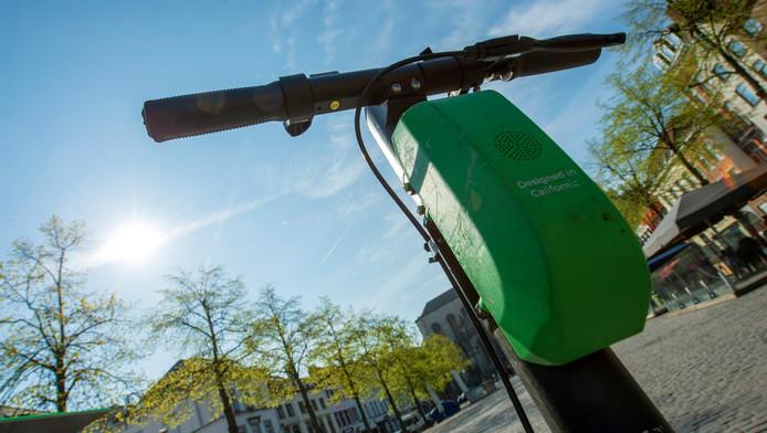 Une trottinette Lime située place Sainte-Catherine à Bruxelles.