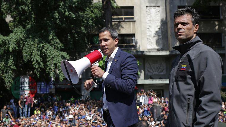 Leopoldo López zij naast oppositieleider Juan Guaído. Beeld anp