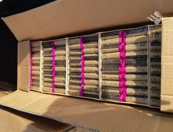 In containers werd 330 kilo aan illegaal vuurwerk aangetroffen.