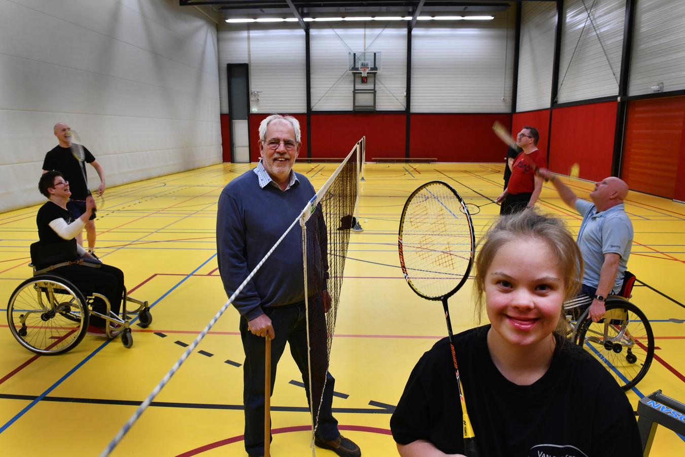 Daphne Wennekes (op de voorgrond) en Leen Beuker (bij het net) op het wekelijkse sportuurtje bij Badminton Zonder Drempels.