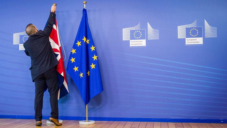 De Britse vlag hangt naast de Europese vlag in de aanloop naar de EU-top. Schout: