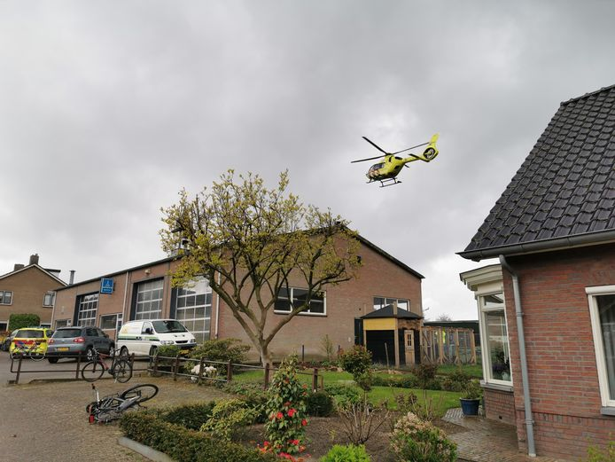 De traumaheli landde op een veldje achter de kerk in Rhenen.