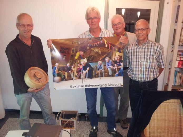 Van links naar rechts: voorzitter Pierre van den Oord, Gijs de Graauw, Ad van Iersel en Bert Schoondermark van de bolvereniging in Boxtel.