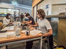 Belgen en Brabanders in de rij voor gratis vaccin zonder afspraak in Delft: 'Het loopt storm'