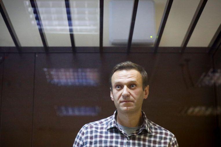 De Russische oppositieactivist Alexsej Navalny in februari tijdens zijn proces op grond van opgeklopte beschuldigingen in Moskou. Beeld AP