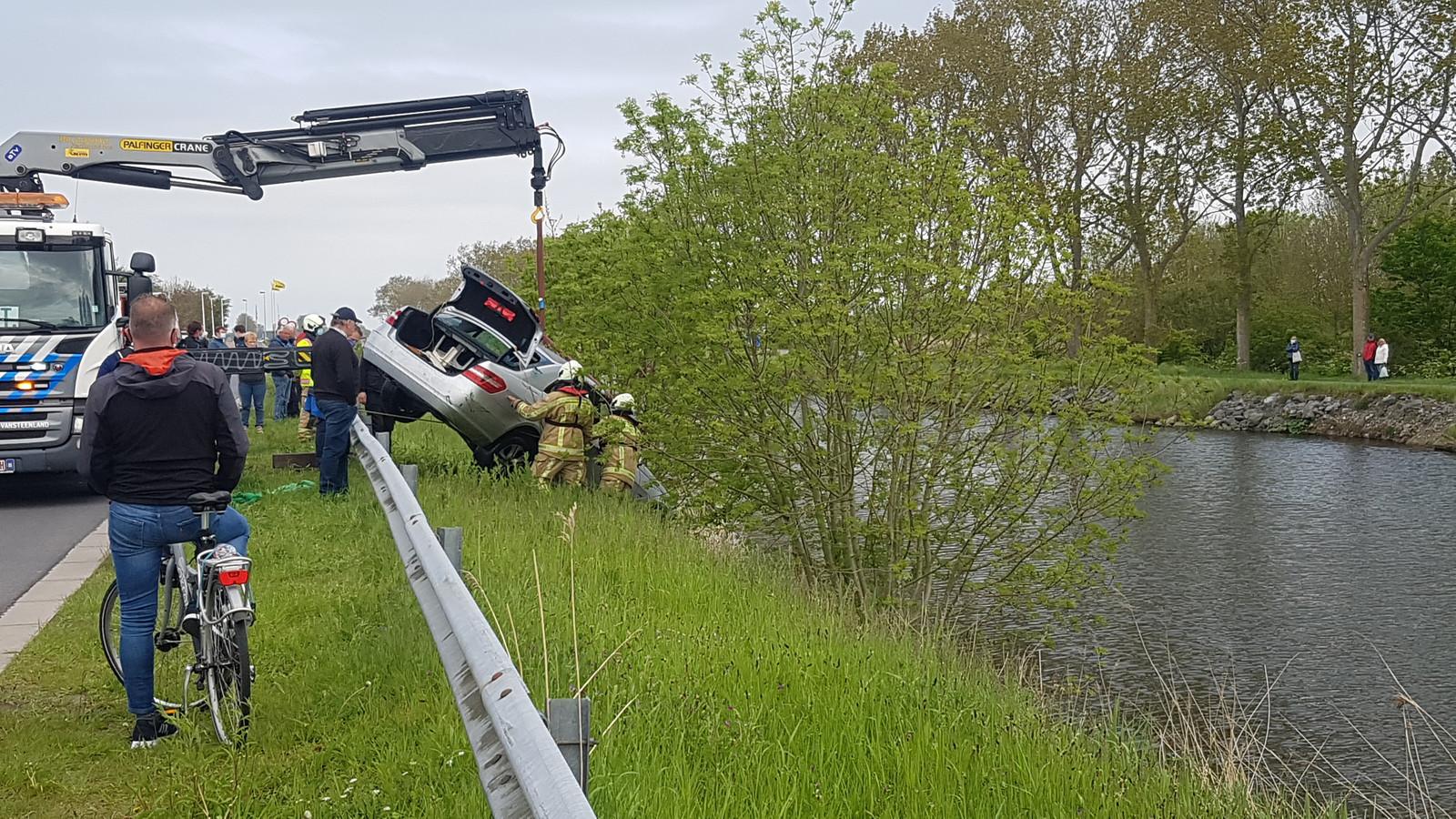 De Mercedes werd getakeld met behulp van duikers van de brandweer.