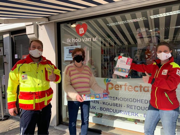 Ook bij Perfecta op de Markt in Deinze kan je de Rode Kruis-stickers kopen.