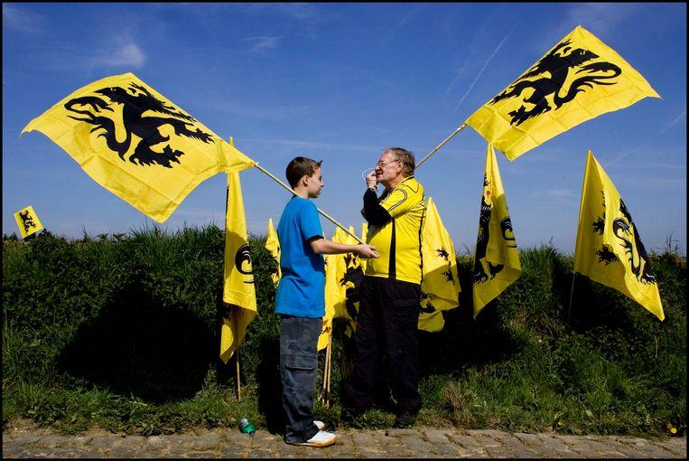 De geel-zwarte 'strijdvlag' is op koersen zoals de Ronde van Vlaanderen al jaren een vaste waarde, zonder dat er een haan naar kraait. Beeld Hollandse Hoogte / Patrick Post