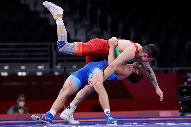De Rus Aleksandr Chekhirkin (in het blauw) poogt de Mexicaan Alfonso Antonio Leyva Yepez van zich af te werpen bij het Grieks-Romeins worstelen op de Olympische Spelen in Tokio. FOTO AFP Beeld AFP