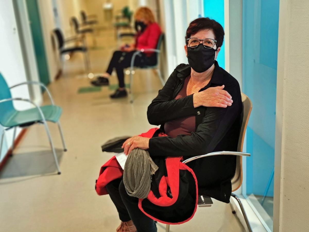 Rita Lauwers uit Hulst hoort na de prik nog wat zaken waar ze komende uren op moet letten en neemt een kwartiertje plaats in de wachtruimte voor ze mag vertrekken.