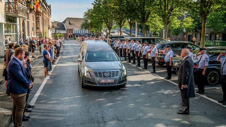 Voor de begrafenis van Gerda Mylle vormden leden van het stadsbestuur en -personeel een imposante erehaag aan het stadhuis van Izegem.