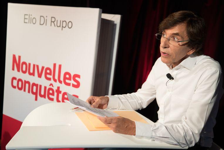 Elio Di Rupo glundert bij de voorstelling van zijn nieuwe boek, 'Nouvelles conquêtes'.  Beeld BELGA