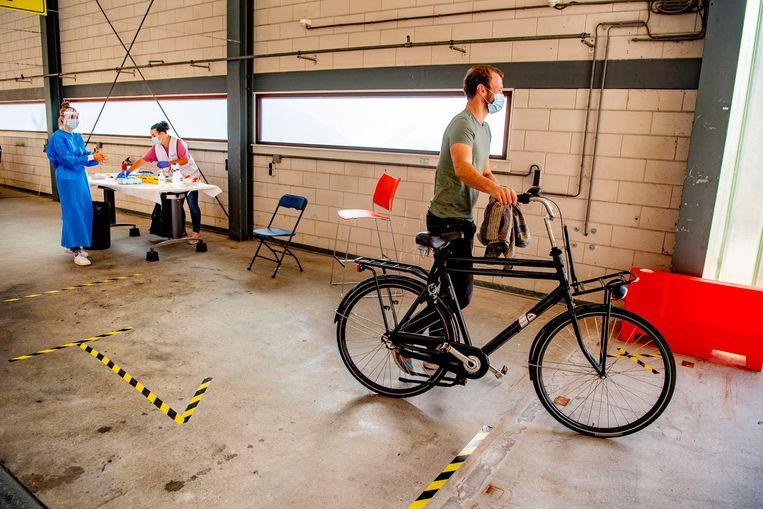 Een man bij een testlocatie in Utrecht. Beeld Getty