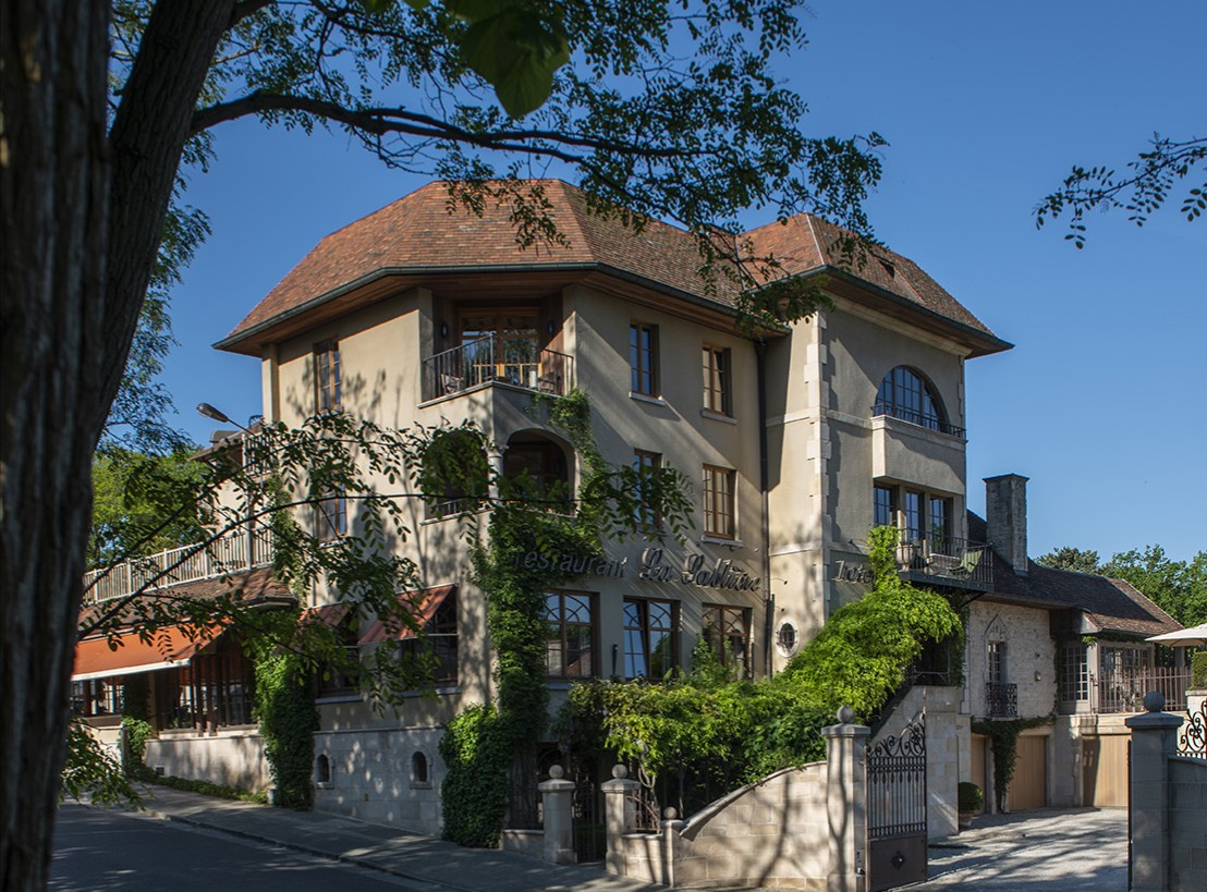 La Sablière: een vaste waarde op de Kluis. Oorspronkelijk gebouwd in 1928, nu te koop voor bijna 3 miljoen euro.
